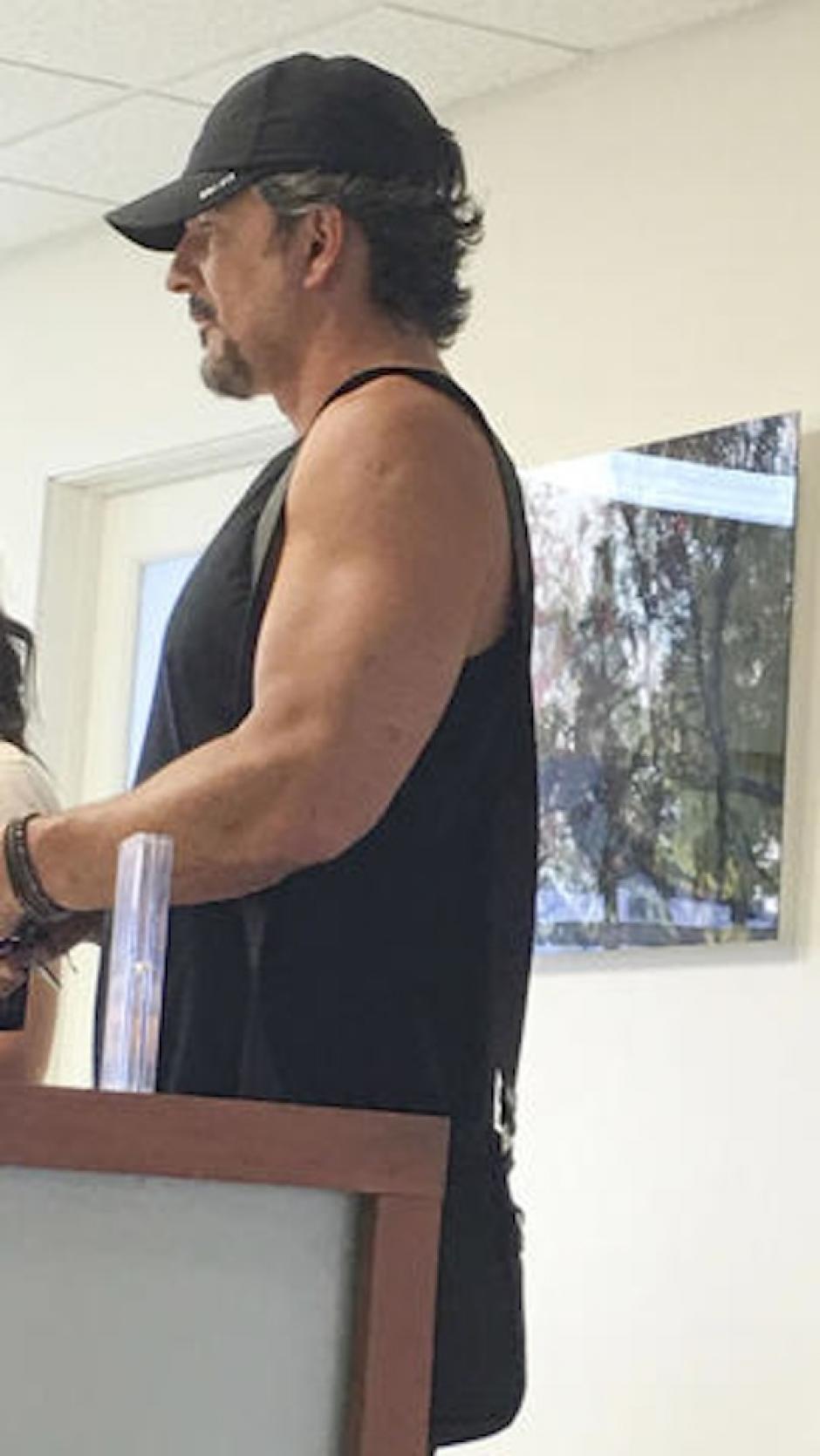 El intérprete de Nada es como tú asistió con una camisa sin mangas mostrando su cuerpazo. (Foto:Luis Guerra/The Grosby Group)
