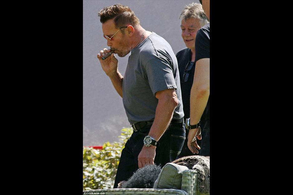 Arnold también vistió una camisa gris y pantalón de lona oscuro. (Foto: dailymail)
