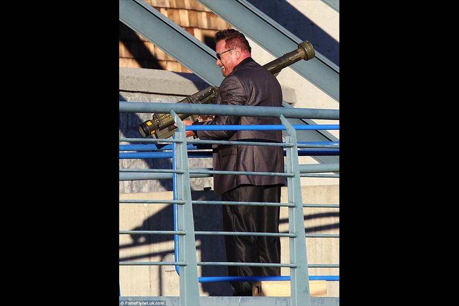Arnold aparece en una de las escenas con una bazooka. (Foto: dailymail)