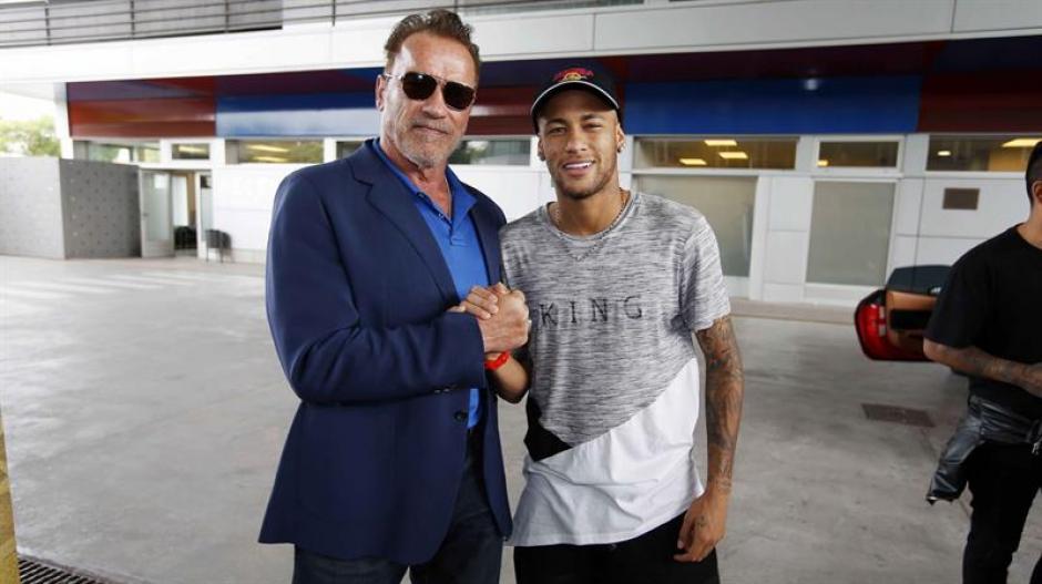 Schwarzenegger junto al jugador del Barcelona Neymar Jr., durante una visita. (Foto: Efe)