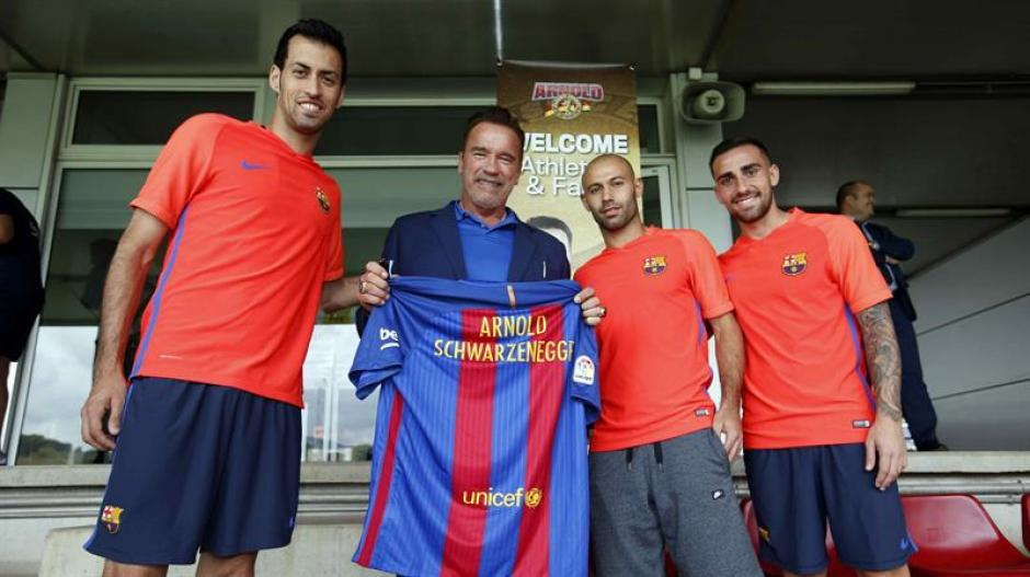 Schwarzenegger junto a los jugadores Sergio Busquets, Javier Mascherano y Paco Alcácer. (Foto: Efe)