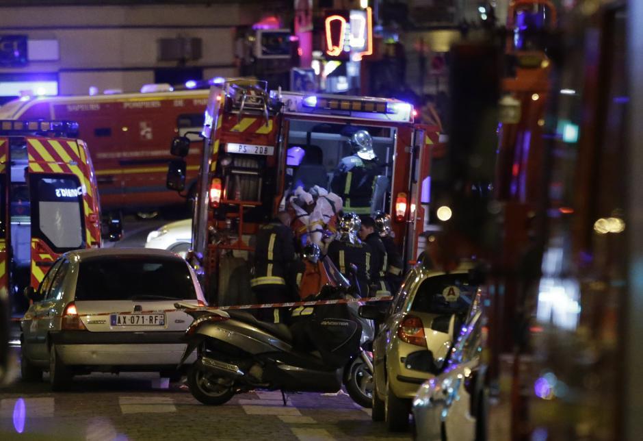 Los bomberos locales atienden a varios de los heridos en la serie de ataques en Francia. (Foto: AFP)