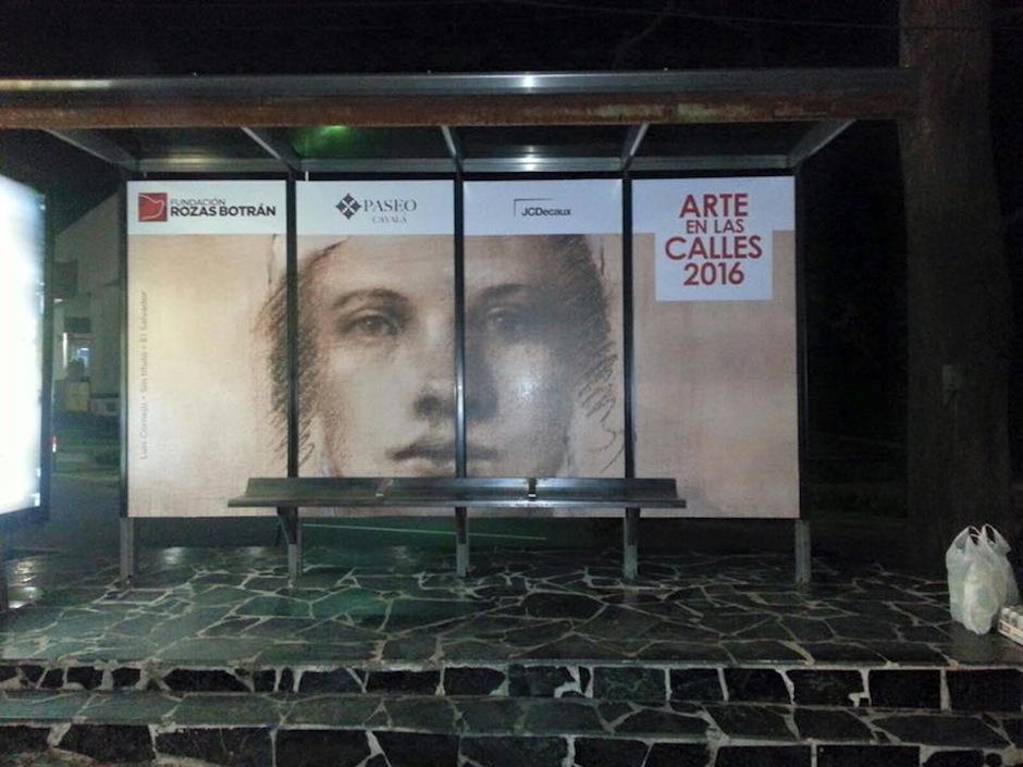"""El salvadoreño Luis Cornejo presenta su obra """"sin tlítulo"""" en un muppie de la ciudad como parte de la muestra """"Arte en la calles"""" de fundación Rozas-Botrán. (Foto: Mariana Solorzano)"""