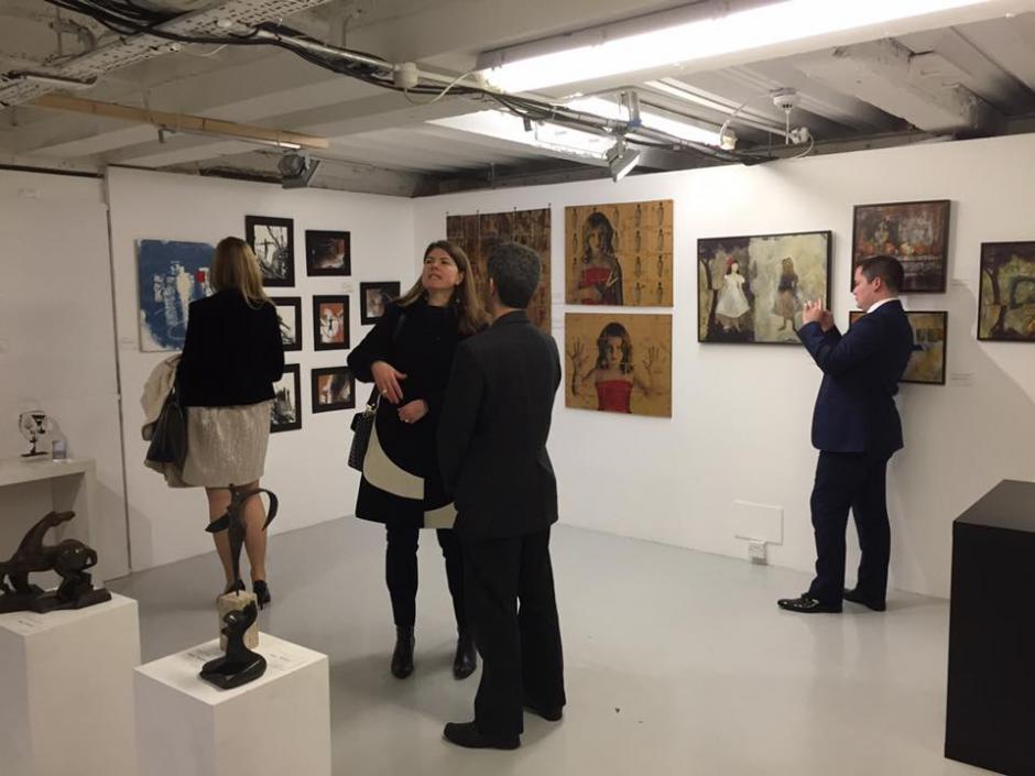Los  asistentes miran distintos trabajos de artistas del mundo. (Foto: Mendel Samayoa)