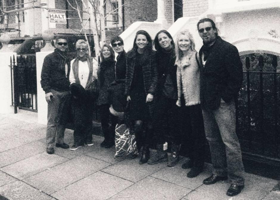 Los artistas posan  juntos en Londres. (Foto: Mendel Samayoa)