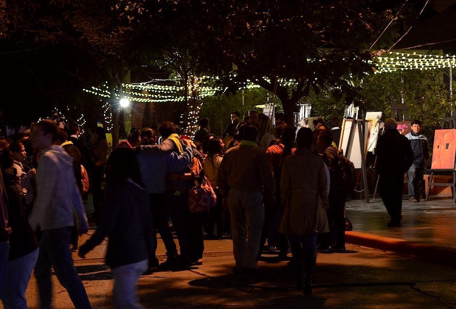 La 13 calle de la zona 10 se transformó con el pequeño bazar cultural que los artistas guatemaltecos realizaron. (Foto: Selene Mejía/Soy502)