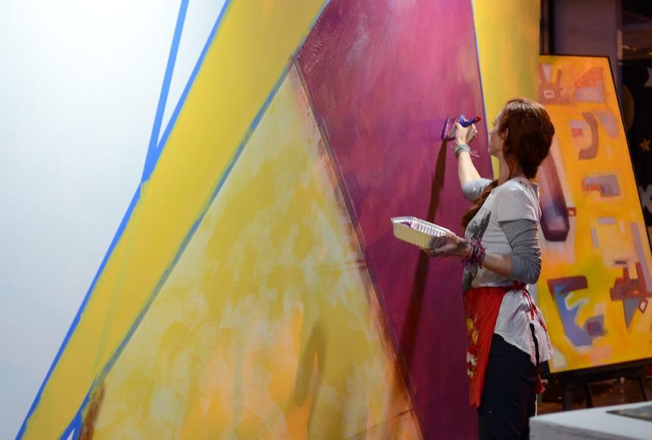 """La artista visual Lily Acevedo trabajó un """"canvas"""" durante la actividad. (Foto: Selene Mejía/Soy502)"""