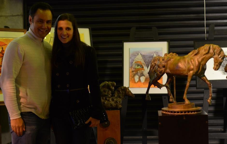 """Directivos de la galería """"El Túnel"""" invitaorn a los peatones a disfrutar sus piezas de arte. (Foto: Selene Mejía/Soy502)"""