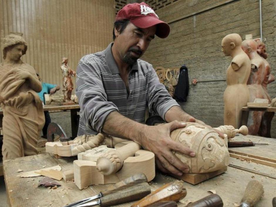Una docena de artesanos y carpinteros de Jalisco trabajan contra reloj para elaborar muebles y accesorios que el Papa Francisco utilzará en su visita el próximo febrero. (Foto: EFE)