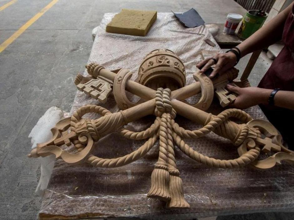 Dos de los sillones estarán rematados por el escudo mexicano tallado a mano en color plata y el otro con el del Vaticano, en color oro. (Foto: EFE)