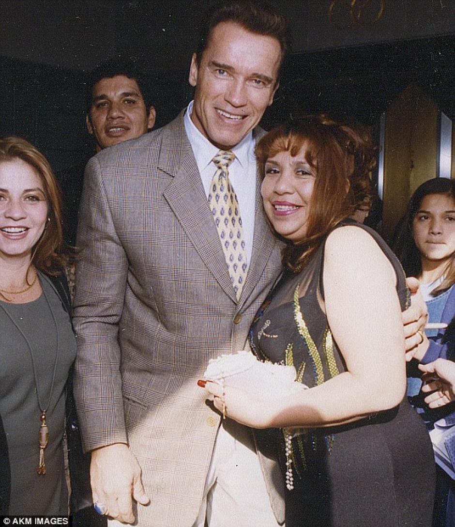 Arnold Schwarzenegger junto a la guatemalteca Mildred Baena, su amante y niñera. (Foto: dailymail)