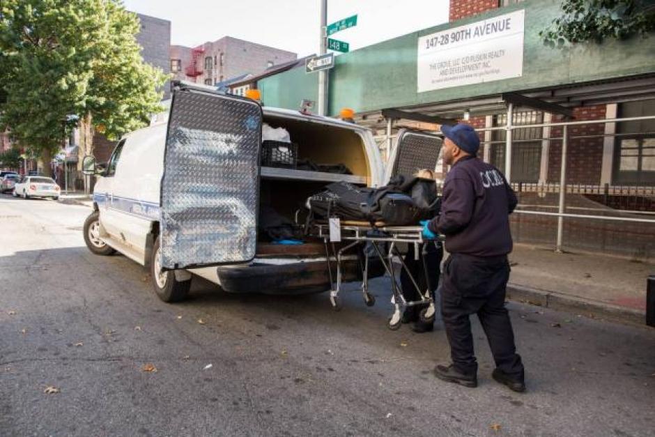 El cuerpo de la guatemalteca fue encontrado a las cuatro de la mañana de Nueva York, luego que los vecinos sintieran el humo que invadía el edificio. (Foto:Stefan Jeremiah/New York Daily News)