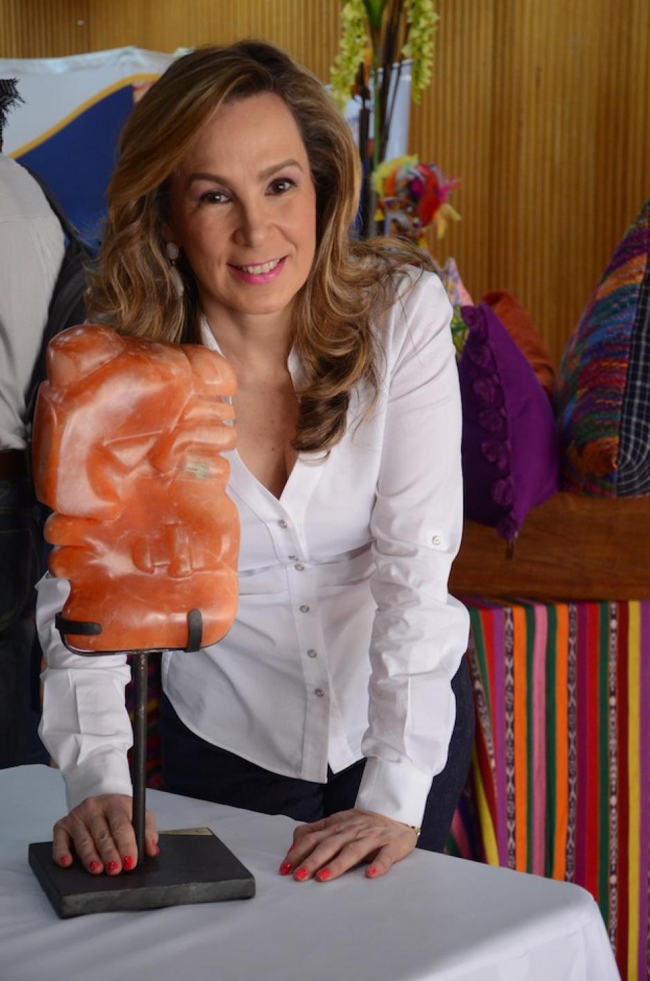 Diana Fernández trabajó esta escultura en alabastro naranja. (Foto: Selene Mejía/Soy502)