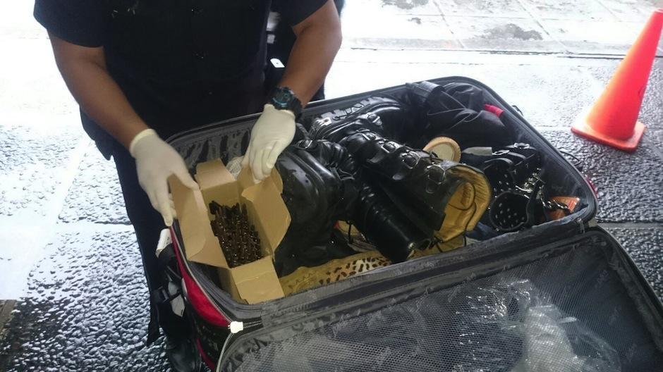 Policía Nacional Civil detuvo a artista guatemalteco de rock, por transportar supuestas municiones en su equipaje rumbo a Los Ángeles, California. (Foto: PNC)