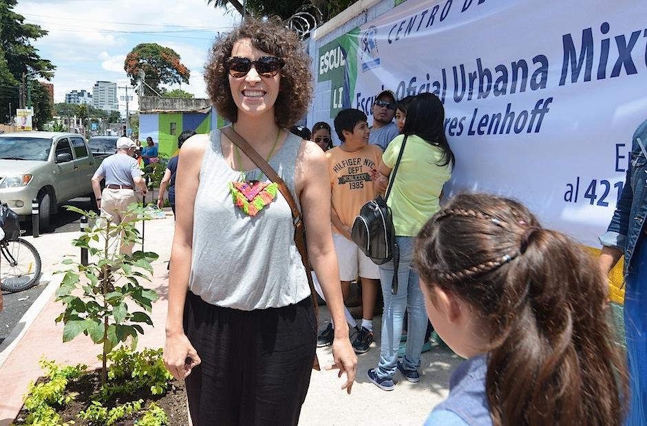 Desde que llegó al centro de votación, Moreno fue recibida con furor por fanáticos. (Foto: Selene Mejía/Soy502)