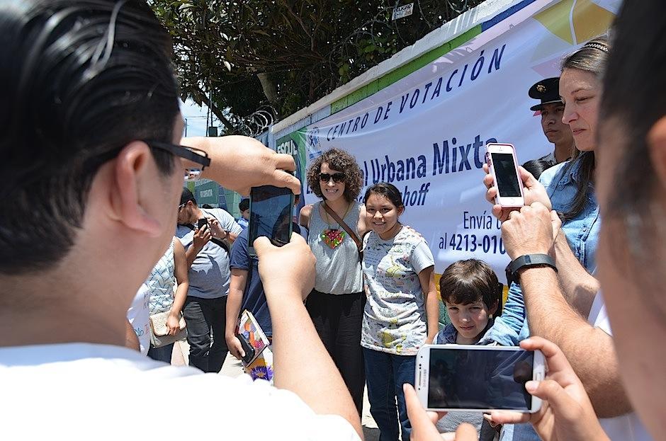 Gaby no dudó un segundo en tomarse fotografías con todos. (Foto: Selene Mejía/Soy502)