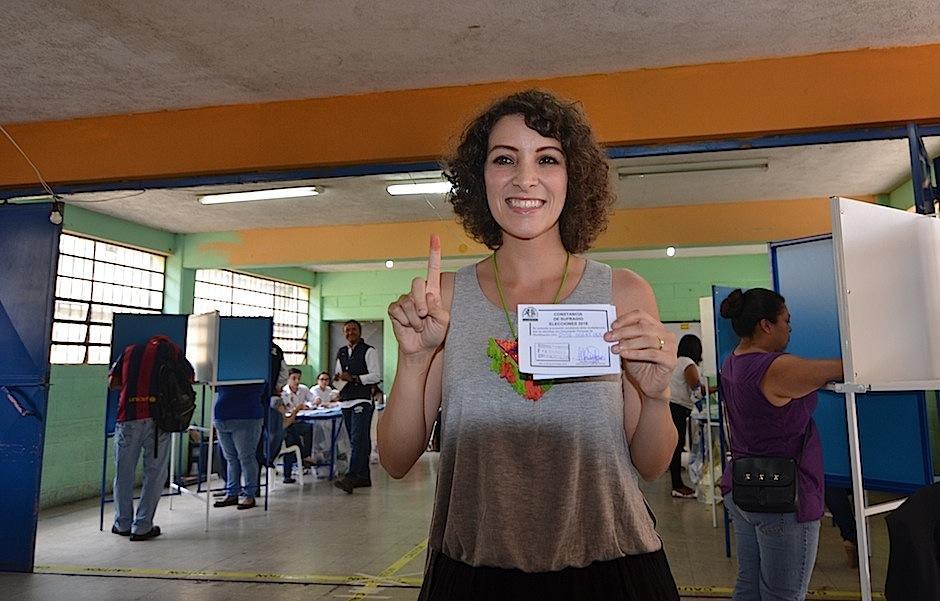 La cantautora guatemalteca Gaby Moreno voló 5 horas desde Los Ángeles, California, para votar. (Foto: Selene Mejía/Soy502)