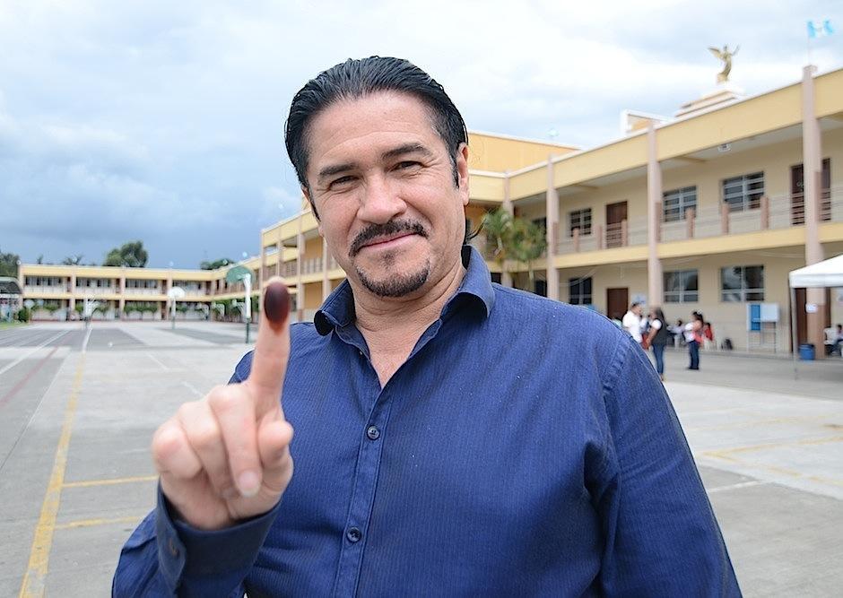 Álvaro Aguilar, vocalista de la agrupación de rock Alux Nahual, también emite su voto. (Foto: Selene Mejía/Soy502)