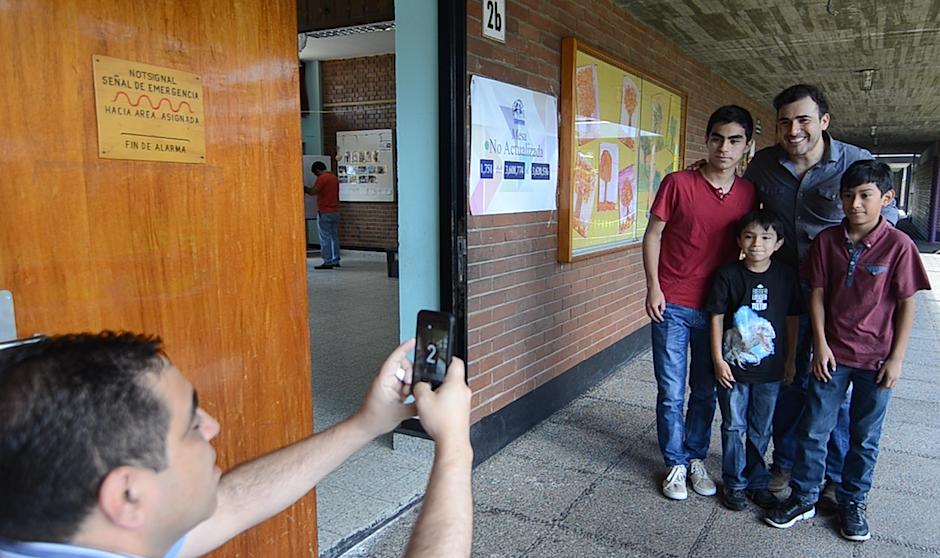 Los fanáticos aprovecharon para captar al vocalista de Malacates para el recuerdo. (Foto: Selene Mejía/Soy502)