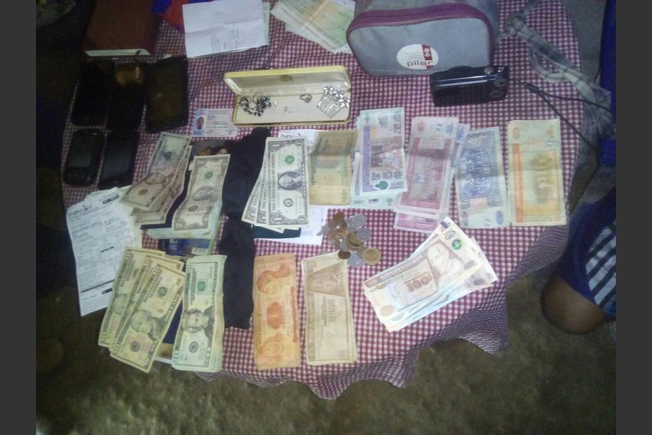 La PNC también decomisó dinero, joyas y celulares durante los allanamientos.  (Foto: @PNCdeGuatemala)