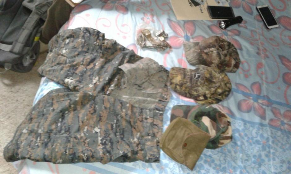 Durante los allanamientos fueron localizados uniformes similares a los del Ejército de Guatemala.  (Foto: @PNCdeGuatemala)