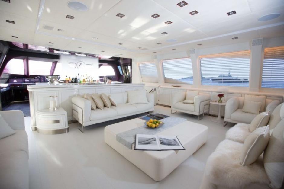 Esta es la sala  principal del yate de CR7 en sus vacaciones en Ibiza. (Foto: TN)