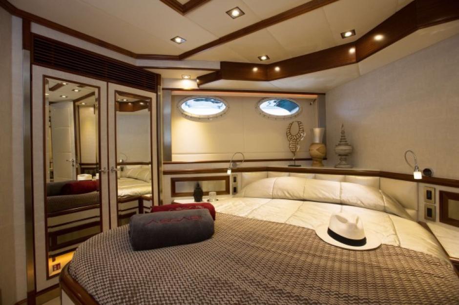 Una enorme cama, espaciosa y con acabados de lujo es parte de la habitación de CR7en el Ascari. (Foto: TN)
