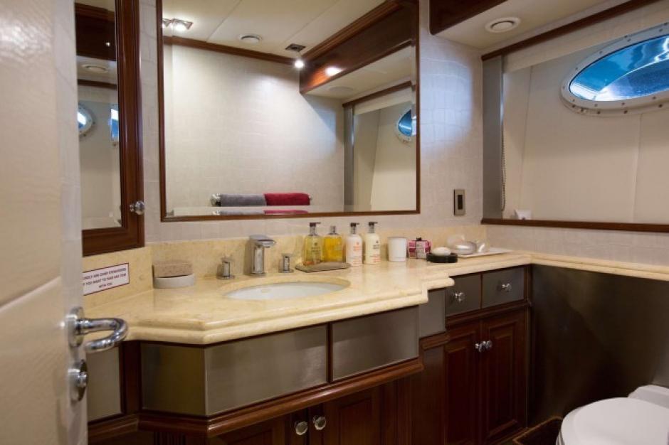 El baño de este lujoso yate no tiene que envidiarle nada a uno de un hotel cinco estrellas. (Foto: TN)
