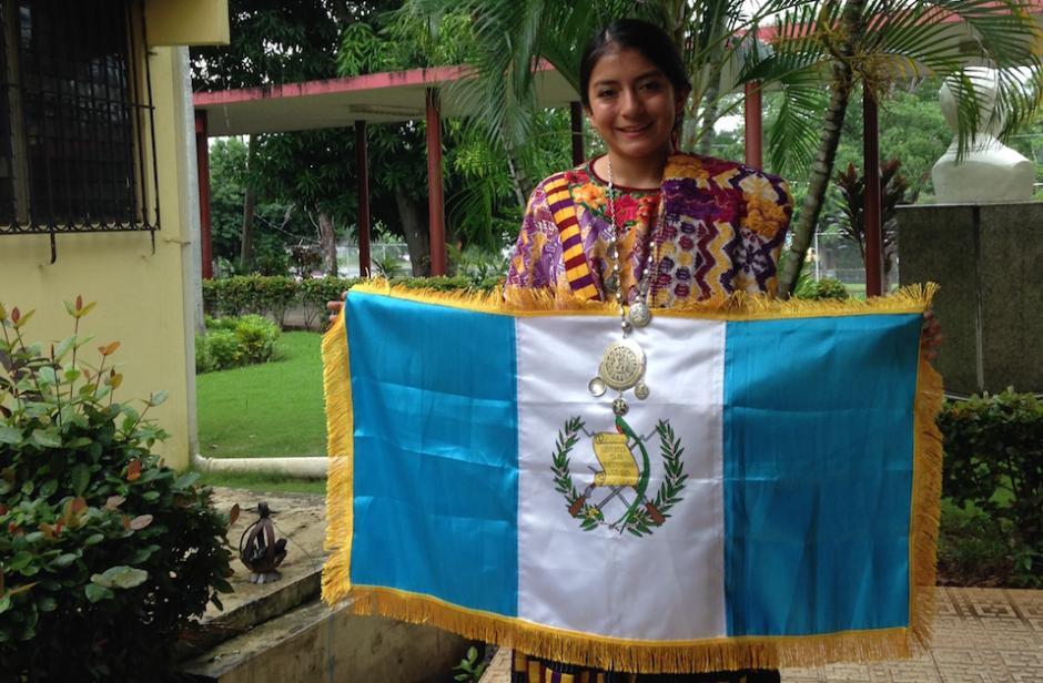 Helen muestra la bandera de Guatemala antes del certamen en Panamá. (Foto: Cortesía Helen De Paz)