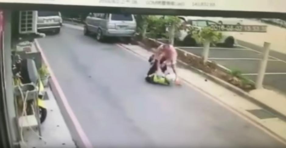 Un hombre ataca a un policía con un cuchillo. (Captura de pantalla: infobae)