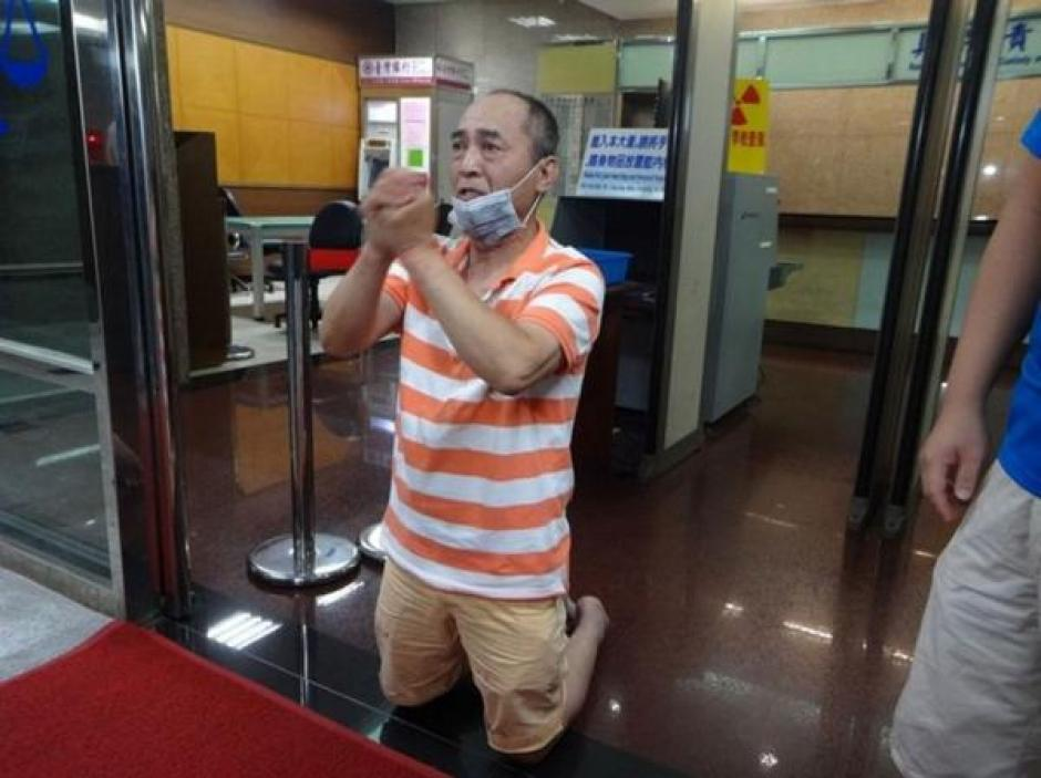 El hombre le pide perdón a los amigos y familiares de la víctima luego de entregarse. (Foto: Infobae)