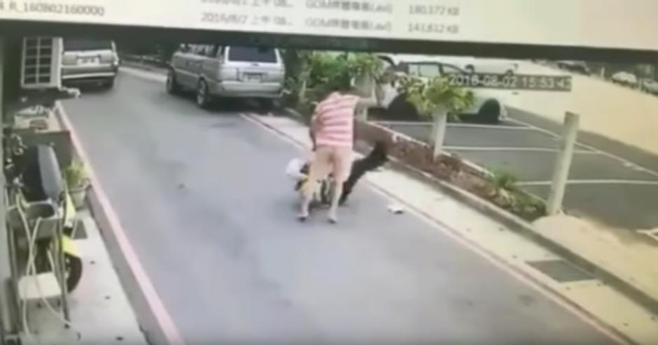 El policía trata de escapar. (Captura de pantalla: infobae)