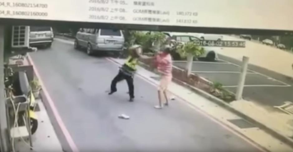 El hombre atacó al gente con el cuchillo con el que corta la carne en el restaurante donde cocina. (Captura de pantalla: infobae)