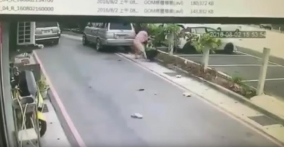 El hombre recibió heridas profundas en el cuello, pecho, brazos y hombros. (Captura de pantalla: infobae)