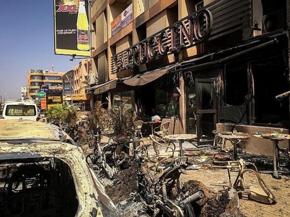 La fachada del lugar de reunión de la peña del Madrid en Irak, tras el atentado. (Foto: twitter)
