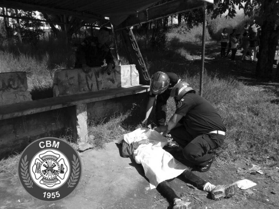 Un hombre de 19 años fue atacado a balazos en los Campos de Nimajuyú en la zona 21. (Foto: @bomberosmuni)