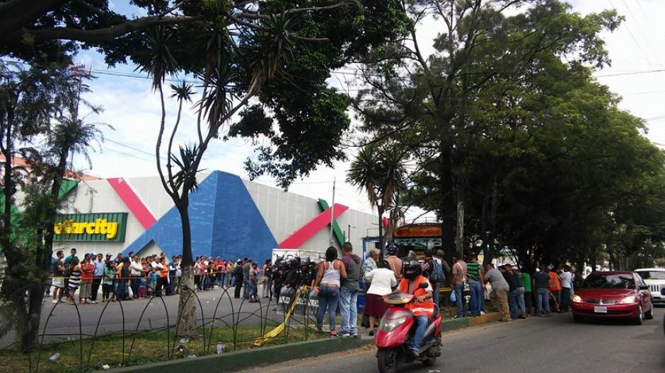 El incidente armado tuvo lugar frente a un centro comercial. (Foto: Verónica Gamboa/Soy502)