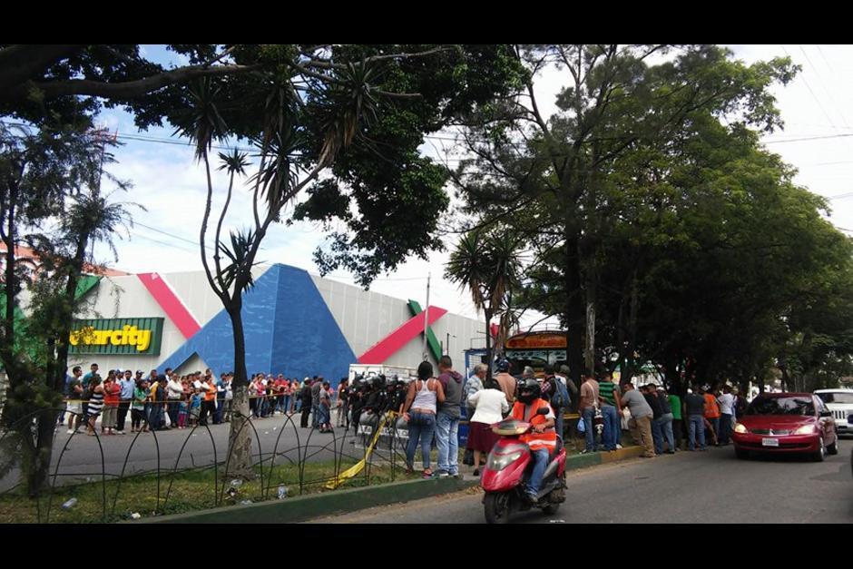 El ataque armado tuvo lugar este domingo frente a un centro comercial de San Miguel Petapa. (Foto: Verónica Gamboa/Soy502)