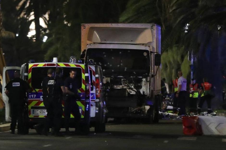 En NIza, Francia, un camión atropelló a una multitud causando la muerte de 86 personas. (Foto: wradio.com.mx)