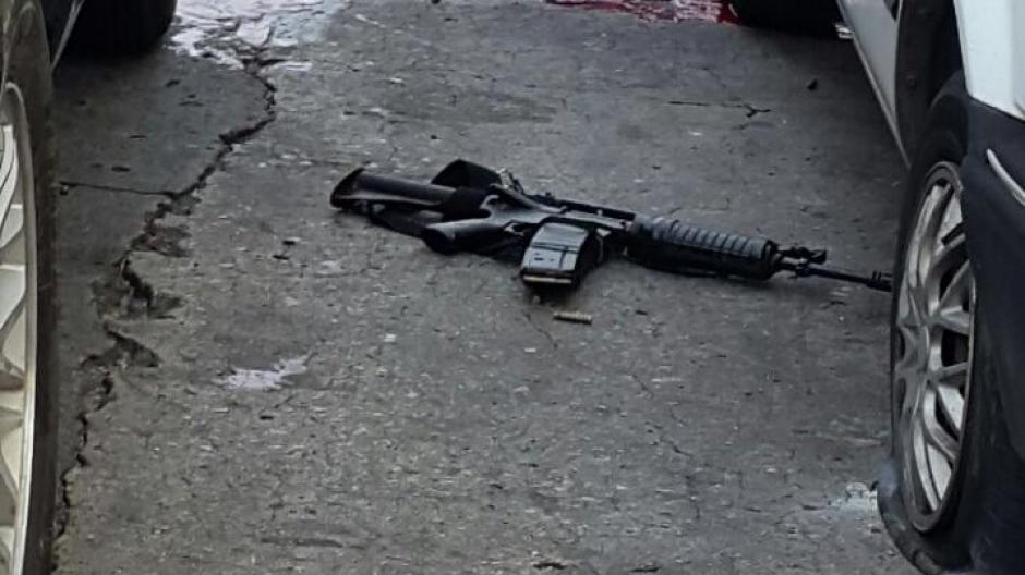 Un vehículo con armas fue abandonado en la zona 2 capitalina. (Foto: @amilcarmontejo)