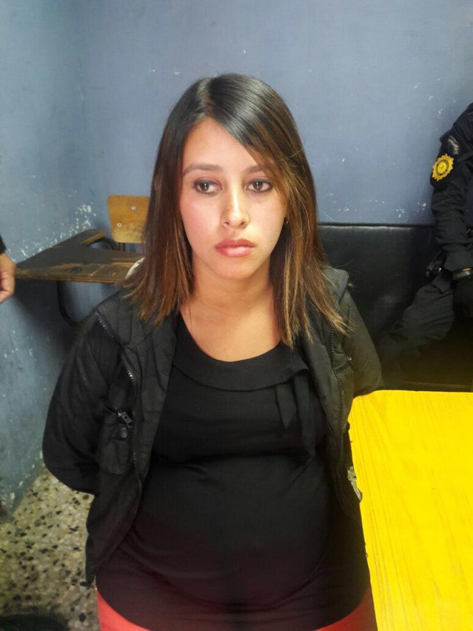 Una mujer embarazada fue detenida con una pistola 9 milímetros. (Foto: PNC)