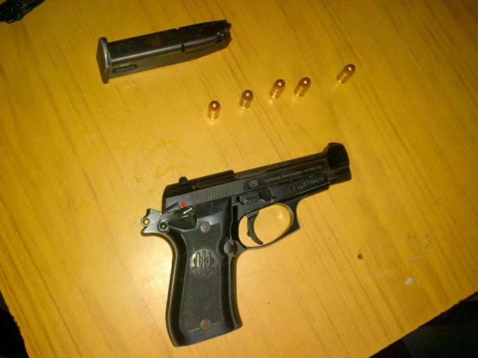 Esta es el arma que le decomisaron a la mujer de 18 años. (Foto: PNC)