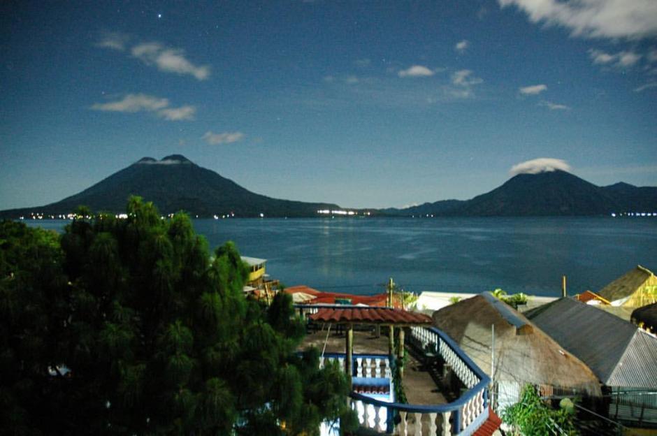 El lago de Atitlán ofrece vistas maravillosas a cualquier hora del día o de la noche. (Foto: Fredy Hernández/Soy502)