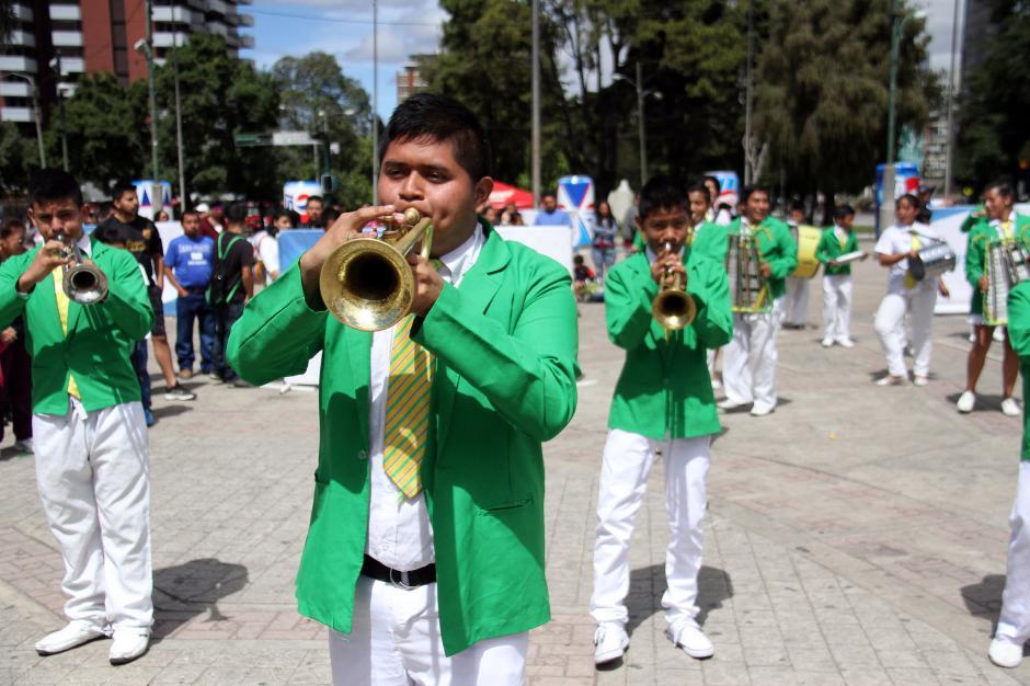 """Al fondo el carnaval, un grupo de estudiantes interpretó melodías de """"samba"""". (Foto: Comité Olímpico Guatemalteco)"""