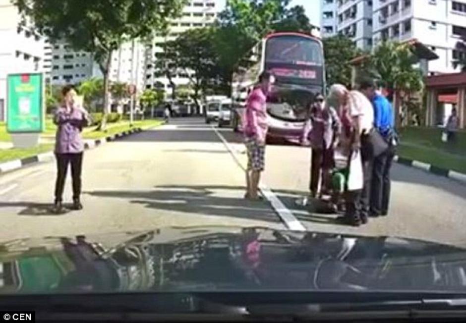 El piloto responsable no se bajó de su vehículo a apoyar al estudiante. (Imagen: Daily Mail)