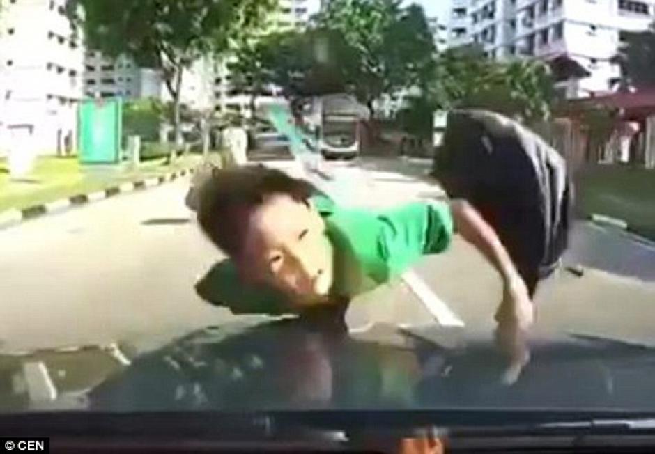 El imprudente estudiante fue elevado por el aire tras el impacto. (Imagen: Daily Mail)