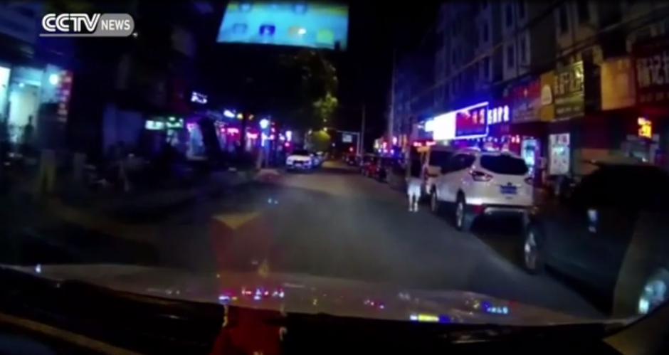 Un automóvil circula tranquilamente por una calle en China. (Captura de pantalla: express)