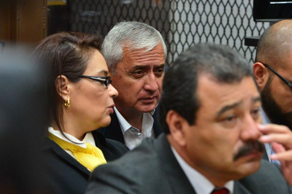 Al frente, el abogado César Calderón. Al fondo, el exbinomio presidencial. (Foto: Jesús Alfonso/Soy502)