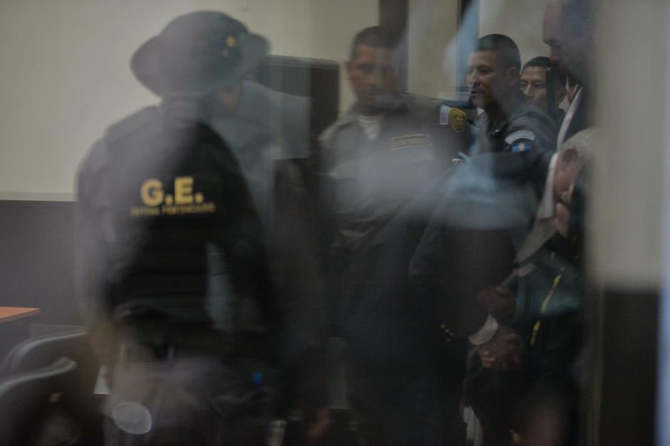 A su llegada a Tribunales, Otto Pérez saluda a la exvicepresidenta Roxana Baldetti. (Foto: Wilder López/Soy502)