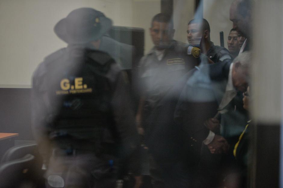 El saludo fue a escondidas de los periodistas. (Foto: Wilder López/Soy502)